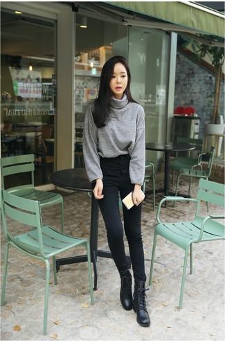 Модные женские луки 2020 фото: Если превыше всего ты ценишь комфорт и функциональность, тебе полюбится это образ из серой водолазки и черных джинсов скинни. Чтобы лук не получился слишком отполированным, можешь закончить его черными кожаными ботинками на шнуровке .