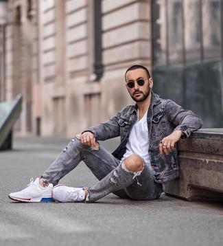 Как и с чем носить: серая джинсовая куртка, белая футболка с круглым вырезом, серые рваные джинсы, белые кроссовки