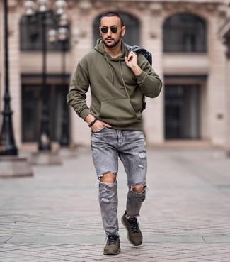 Как и с чем носить: серая джинсовая куртка, оливковый худи, серые рваные джинсы, оливковые кроссовки