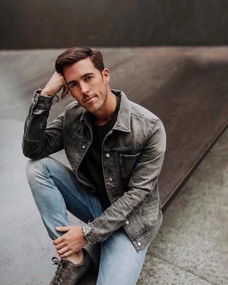 Как и с чем носить: серая джинсовая куртка, черная футболка с круглым вырезом, голубые джинсы, темно-серые замшевые низкие кеды