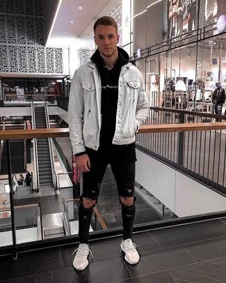 Как и с чем носить: серая джинсовая куртка, черный худи, черные рваные зауженные джинсы, белые кроссовки
