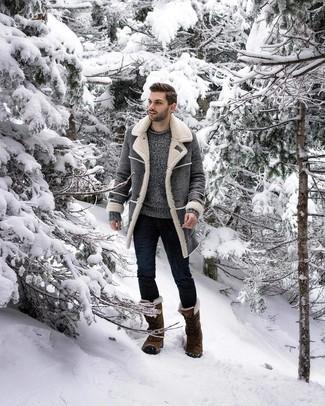 Как и с чем носить: серая дубленка, серый свитер с круглым вырезом, темно-синие зауженные джинсы, оливковый зимние ботинки