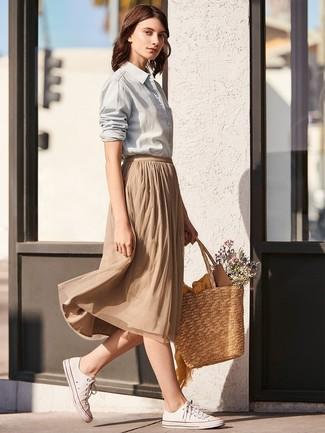 Как и с чем носить: серая классическая рубашка, светло-коричневая юбка-миди со складками, белые низкие кеды из плотной ткани, светло-коричневая соломенная большая сумка
