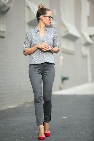 Как и с чем носить: серая классическая рубашка в горошек, серые джинсы скинни, красные замшевые туфли, серебряные часы