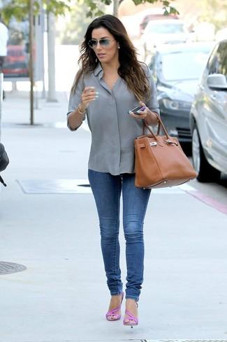 Как и с чем носить: серая классическая рубашка, синие джинсы скинни, ярко-розовые кожаные босоножки на каблуке, табачная кожаная большая сумка
