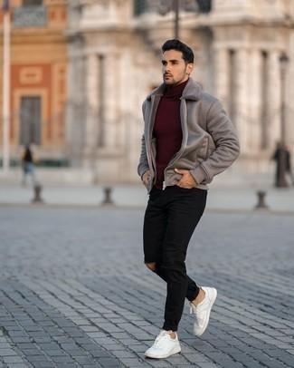 С чем носить темно-красную водолазку мужчине: Если в одежде ты делаешь ставку на комфорт и функциональность, темно-красная водолазка и черные рваные джинсы — хороший выбор для расслабленного мужского лука на каждый день. Любишь эксперименты? Дополни ансамбль белыми кожаными низкими кедами.
