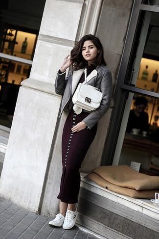 Как и с чем носить: серая короткая дубленка, темно-пурпурное вязаное облегающее платье, белые низкие кеды, белая кожаная сумка-саквояж