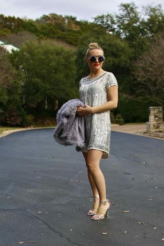 Как и с чем носить: серая короткая шуба, серебряное платье прямого кроя с пайетками, серебряные кожаные босоножки на каблуке, черно-белые солнцезащитные очки из бисера