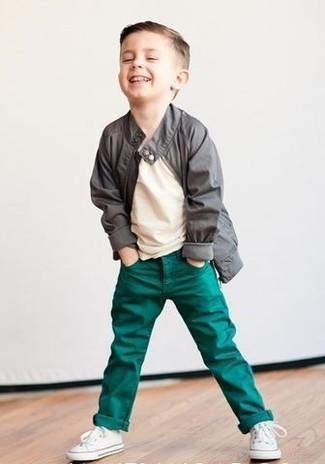 Как и с чем носить: серая куртка, бежевая футболка, зеленые джинсы, белые кеды