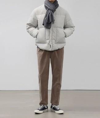 Модные мужские луки 2020 фото: Воссоздать такой лук из серой куртки-пуховика и коричневых брюк чинос нетрудно, главное - помнить о правильных пропорциях. Чтобы привнести в лук чуточку фривольности , на ноги можно надеть черно-белые высокие кеды из плотной ткани.