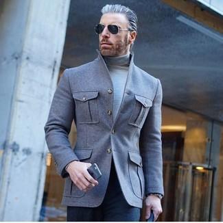 Как и с чем носить: серая шерстяная куртка-рубашка, серая водолазка, темно-синие классические брюки, черные солнцезащитные очки