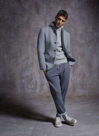 Как и с чем носить: серая шерстяная куртка-рубашка, серый худи, серые спортивные штаны, серые замшевые низкие кеды