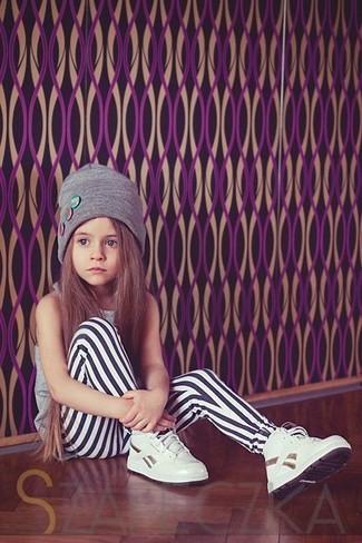 Как и с чем носить: серая майка, белые леггинсы, белые кеды, серая шапка