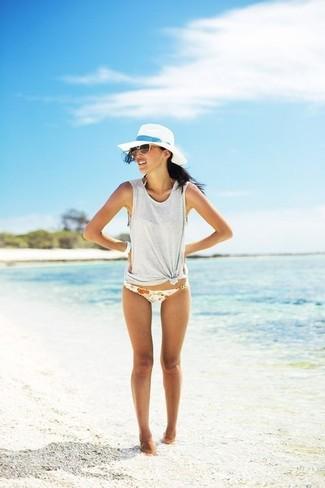 Как и с чем носить: серая майка, белые трусики бикини с цветочным принтом, белая соломенная шляпа, коричневые солнцезащитные очки