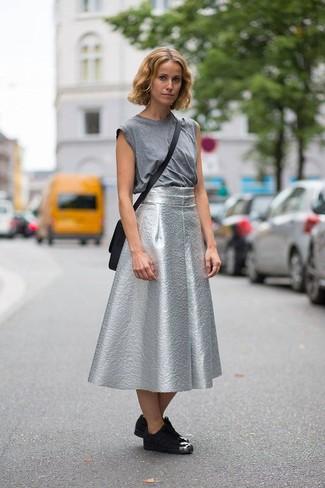 Как и с чем носить: серая майка, серебряная пышная юбка, черные замшевые низкие кеды, черная кожаная сумка через плечо