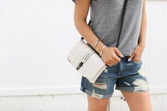 Как и с чем носить: серая майка, синие джинсовые рваные шорты, белая кожаная сумка через плечо