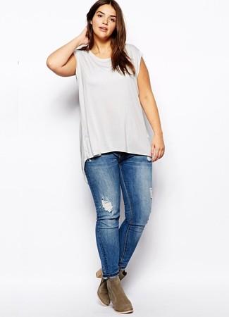Модный лук: серая майка, синие рваные джинсы скинни, оливковые замшевые ботильоны