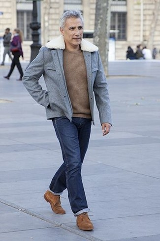 Как и с чем носить: серая шерстяная полевая куртка, коричневый свитер с круглым вырезом, темно-синие джинсы, коричневые замшевые туфли дерби