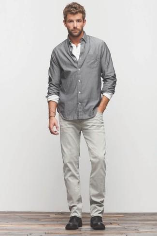 Как и с чем носить: серая рубашка с длинным рукавом, белая лонгслив с горловиной на пуговицах, серые джинсы, черные кожаные ботинки дезерты