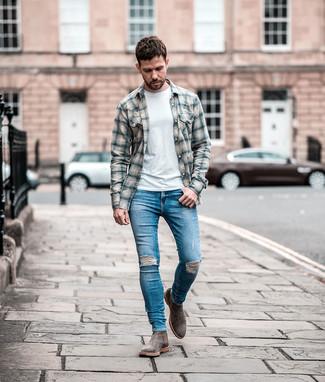 Как и с чем носить: серая фланелевая рубашка с длинным рукавом в шотландскую клетку, белая футболка с круглым вырезом, синие рваные зауженные джинсы, серые замшевые ботинки челси
