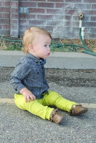 Как и с чем носить: серая рубашка с длинным рукавом, зелено-желтые джинсы, коричневые ботинки дезерты, синий галстук-бабочка