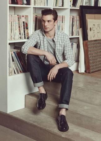 Модные мужские луки 2020 фото: Серая рубашка с длинным рукавом в шотландскую клетку и темно-серые джинсы надежно обосновались в гардеробе современных джентльменов, помогая составлять роскошные и стильные образы. Хотел бы добавить в этот наряд толику утонченности? Тогда в качестве дополнения к этому ансамблю, стоит обратить внимание на черные кожаные туфли дерби.