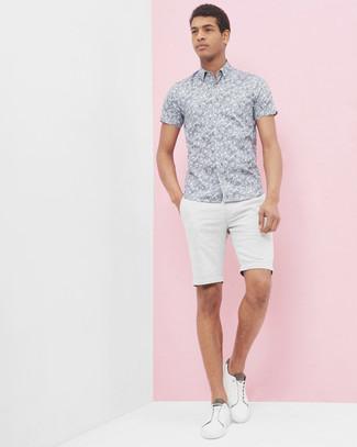 Модный лук: Серая рубашка с коротким рукавом с цветочным принтом, Белые шорты, Белые низкие кеды