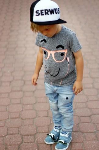 С чем носить серую футболку с принтом мальчику: