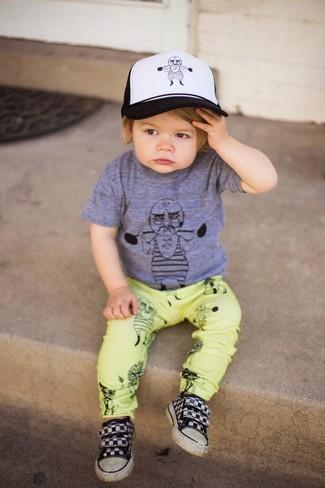 Как и с чем носить: серая футболка, желтые брюки, черные кеды, бело-черная бейсболка