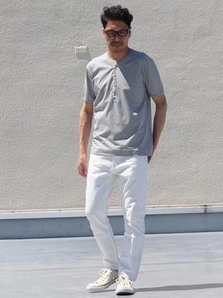 С чем носить серую футболку на пуговицах мужчине: Серая футболка на пуговицах и белые джинсы надежно обосновались в гардеробе современных джентльменов, позволяя создавать незаезженные и практичные ансамбли. Пара бежевых низких кед из плотной ткани гармонично интегрируется в этот образ.