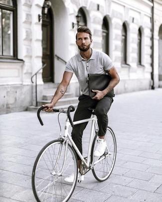 Модные мужские луки 2020 фото: Серая футболка-поло и темно-серые брюки чинос — рассмотри этот лук, если не боишься находиться в центре внимания. В сочетании с этим образом наиболее уместно выглядят белые низкие кеды из плотной ткани.