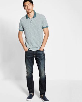 В Серой футболке-поло и темно-синих джинсах можно пойти на свидание или провести выходной день, когда в программе культурное мероприятие. Темно-синие кожаные слипоны станут прекрасным дополнением к твоему луку.