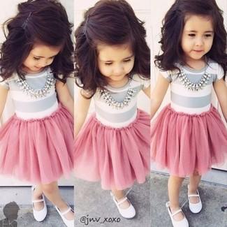 Как и с чем носить: серая футболка, розовая юбка из фатина, белые балетки
