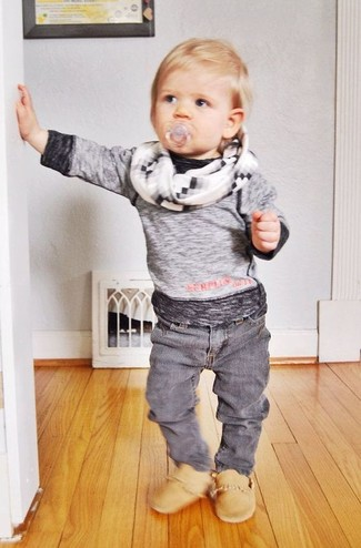 Как и с чем носить: серая футболка с длинным рукавом, серые джинсы, светло-коричневые ботинки