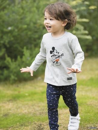 Модный лук: серая футболка с длинным рукавом с принтом, темно-синие леггинсы со звездами, белые кеды