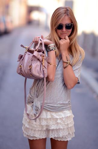 Как и с чем носить: серая футболка с круглым вырезом, белая кружевная мини-юбка с рюшами, розовая кожаная большая сумка