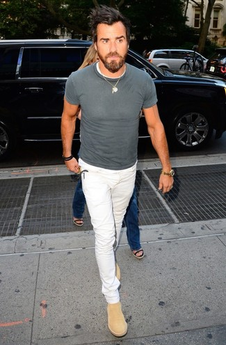 Как и с чем носить: серая футболка с круглым вырезом, белые джинсы, светло-коричневые замшевые ботинки челси