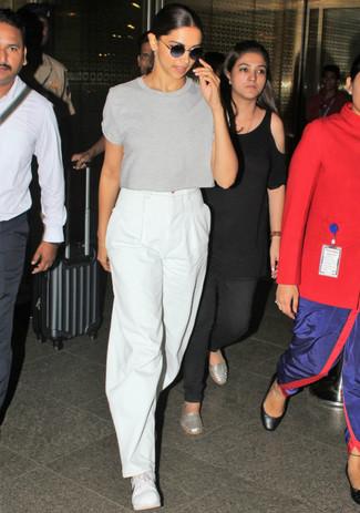 Как и с чем носить: серая футболка с круглым вырезом, белые широкие брюки, белые низкие кеды