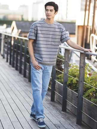 Как и с чем носить: серая футболка с круглым вырезом в горизонтальную полоску, голубые джинсы, темно-синие низкие кеды из плотной ткани