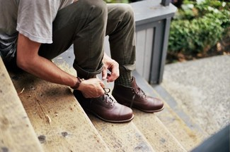 Как и с чем носить: серая футболка с круглым вырезом, оливковые брюки чинос, коричневые кожаные повседневные ботинки, оливковые носки