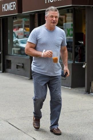 Как и с чем носить: серая футболка с круглым вырезом, серые брюки чинос, коричневые кожаные лоферы
