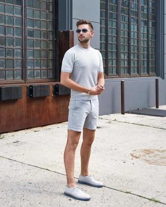 Как и с чем носить: серая вязаная футболка с круглым вырезом, серые шорты, белые кожаные туфли дерби, темно-серые солнцезащитные очки