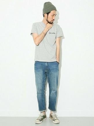 Синие джинсы: с чем носить и как сочетать мужчине: Серая футболка с круглым вырезом и синие джинсы — неотъемлемые элементы в гардеробе парней с отменным вкусом в одежде. Весьма гармонично здесь будут выглядеть оливковые низкие кеды из плотной ткани с камуфляжным принтом.