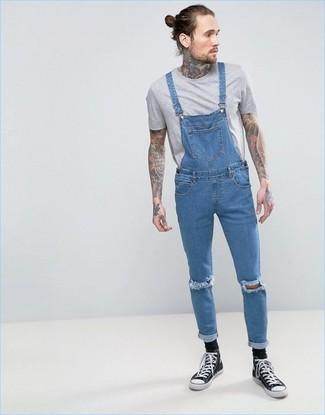 Как и с чем носить: серая футболка с круглым вырезом, синие джинсовые штаны-комбинезон, черно-белые высокие кеды из плотной ткани, черные носки