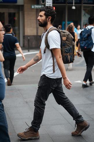 Как и с чем носить: серая футболка с круглым вырезом, темно-серые джинсы, коричневые кожаные рабочие ботинки, оливковый рюкзак из плотной ткани