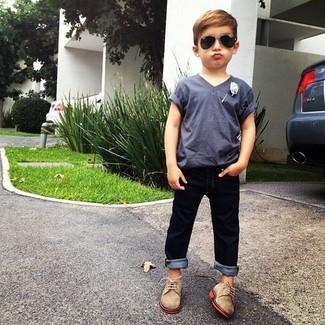 Как и с чем носить: серая футболка, темно-синие джинсы, светло-коричневые оксфорды