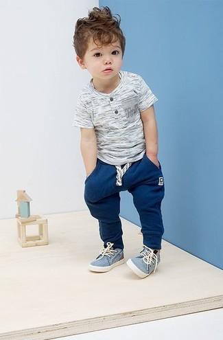 Как и с чем носить: серая футболка, темно-синие спортивные штаны, голубые кеды
