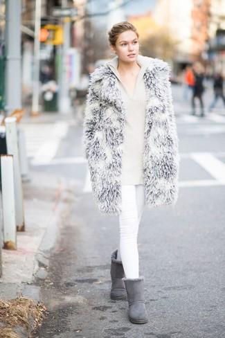 Как и с чем носить: серая шуба, бежевый вязаный худи, белые джинсы скинни, серые угги
