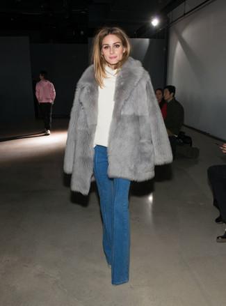 Как Olivia Palermo носит Серая шуба, Белый свитер с хомутом, Синие джинсы-клеш