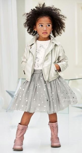 Как и с чем носить: серебряная кожаная куртка, белая футболка со звездами, серая юбка со звездами, розовые кожаные ботинки